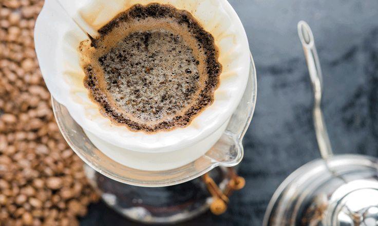 Een kop koffie is niet alleen fijn om 's ochtends goed wakker te kunnen worden. Met gemalen koffie kun je nog veel meer -verrassende- dingen doen. Stop het in je haar of in de koelkast: het zal je verbazen waar koffie allemaal niet goed voor is. LEES OOK: 10 FEITJES OVER KOFFIE DIE JE NOG…