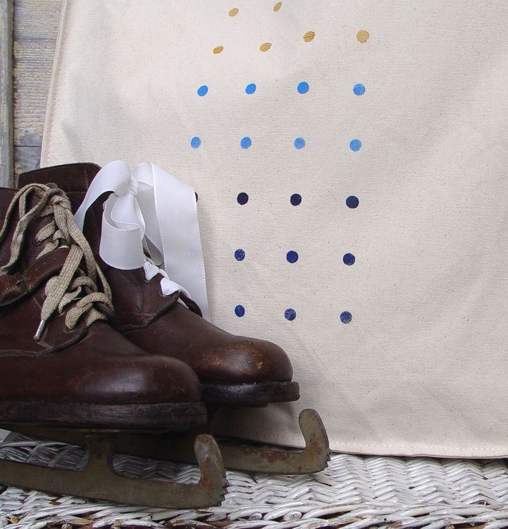 SOUMRAK NAD LEDEM - taška PINTLICH Pevná taška z natur- nebělené těžké bavlny 43x43x12cm, dlouhé uši 70cm- dá se pohodlně nosit přes rameno. Na jedné straně je ručně natištěná skupina puntíků v tmavě modré, střední modré a zlaté barvě /akrylové barvy na textil/ Puntíky jsou lehce nahozené- respektují lehkost a strukturu tkaniny. Taška je značka ADLER. Pohodlně ...