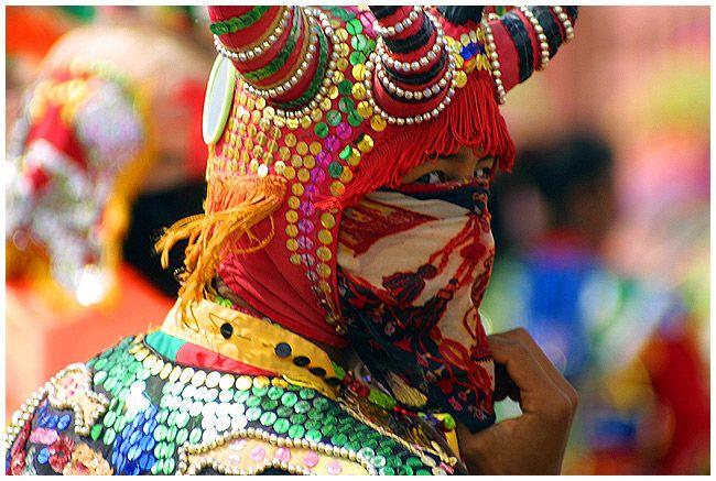 En las regiones de La Puna y La Quebrada de Humahuaca, el carnaval es simbolizado por un diablo que se desentierra de forma bulliciosa de una apacheta de piedra o un lugar mágico, brindando y bailando al compás de música de las anatas, erquenchos, sicuris, detrás de las comparsas, por las calles de los pueblos.