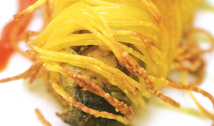 Cannolo di melanzane Perlina con Capelli d'angelo croccanti, ricotta, pomodorino, scaglie di siracusano e olio al basilico De Cecco ti propone le migliori ricette di pasta direttamente dalle cucine dei più grandi Chef Italiani