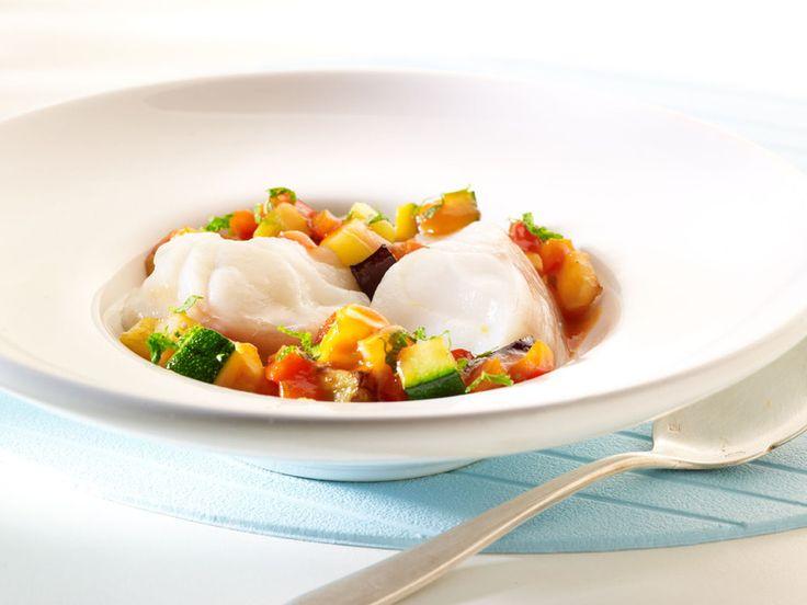 Een overheerlijke zeeduivel met een ratatouille van aubergine, courgette en paprika , die maak je met dit recept. Smakelijk!