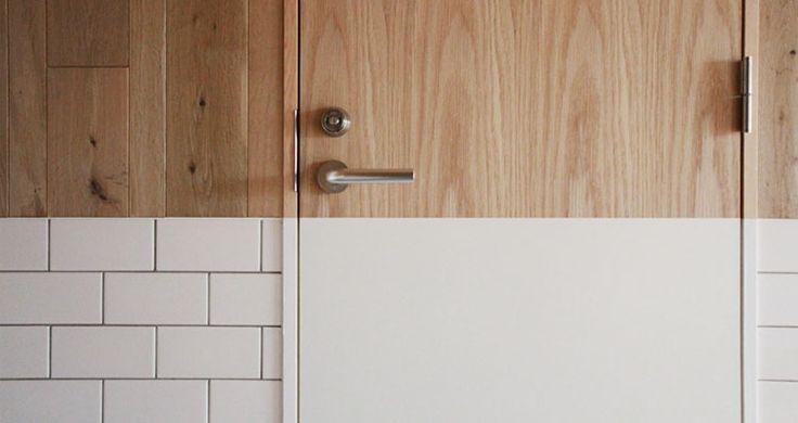 <p>フローリング材とタイル。異素材でつくるツートーンコーディネートがユニーク。</p>