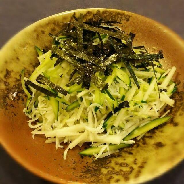 ひとりの夕食は切るだけ~のサラダ。年末年始で増えた体重をリセットします。大根ときゅうりでデトックス。しらすと海苔でカルシウム補給。 - 60件のもぐもぐ - 大根としらすのサラダ by swanlake1016