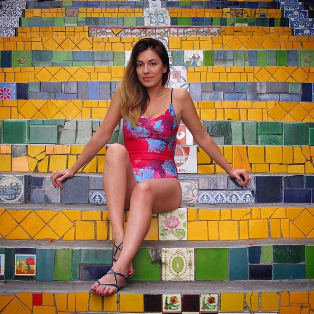 "Y Si que se me antojó sentarme aquí... En las escaleritas ""Mais bonitas do Mondo"" ✨ Entero Ghostflowers Lava. Shop Online www.alejaradi.com #selaronsteps #riodejaneiro #escaderiaselaron #brasil #colombiandesign #swimsuit #onepiece #ghostflowers #flower #alejaradiswimwear #swimwear #hechoencolombia #travel #wanderlust"