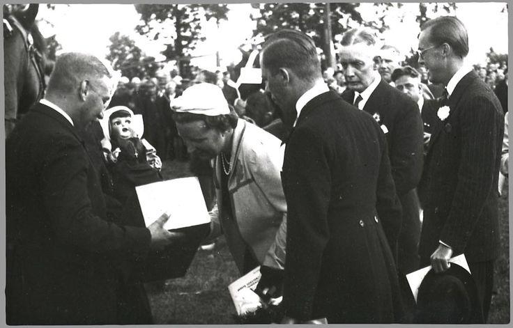 De prinses krijgt een aantal geschenken aangeboden waaronder een pop in klederdracht. Soest 1938 #Soest #Eemland #Utrecht #vierkant