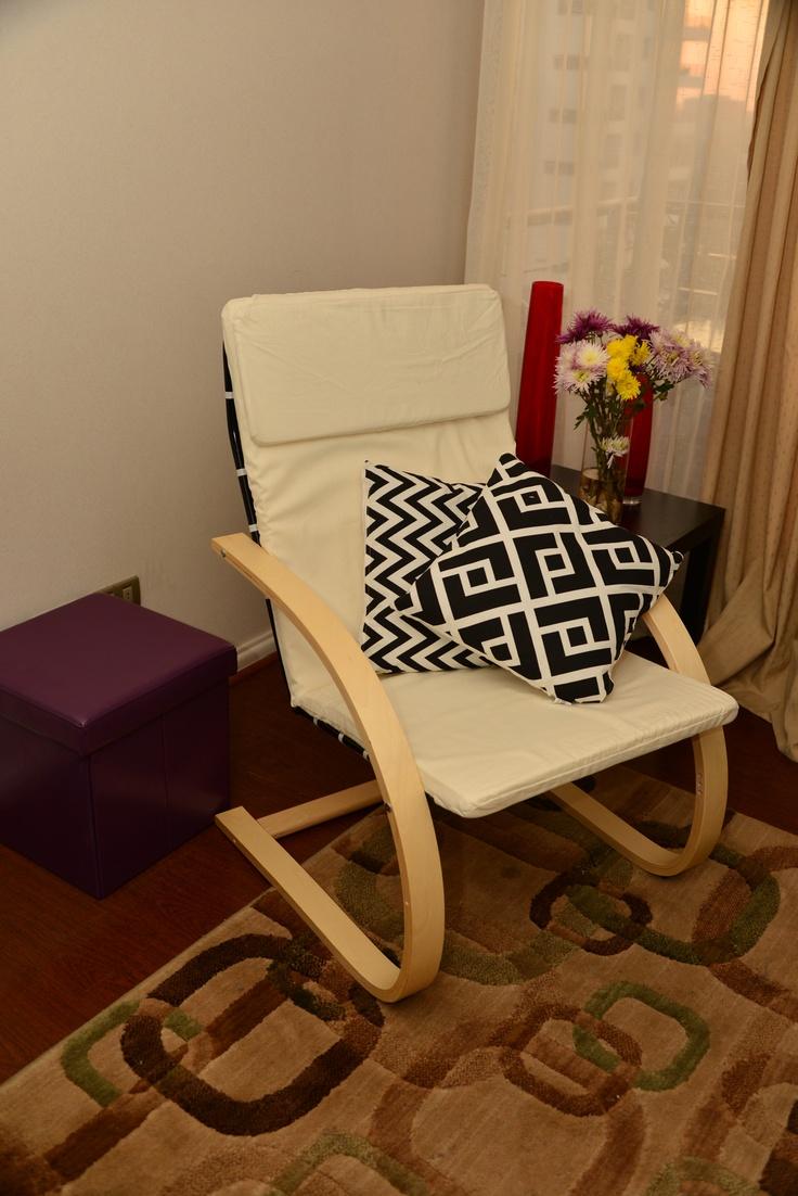 Si te gustaría tener este regalo para tu mamá síguenos, comenta y comparte esta foto. Regalo: silla blanca y 2 cojines.
