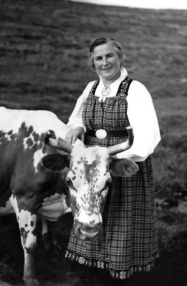 Frå Gamle Aal 5: Maren Dokk med staskyra si. Biletet er teke i 1947. (Utlånt av Sigrun Torsteinsrud)