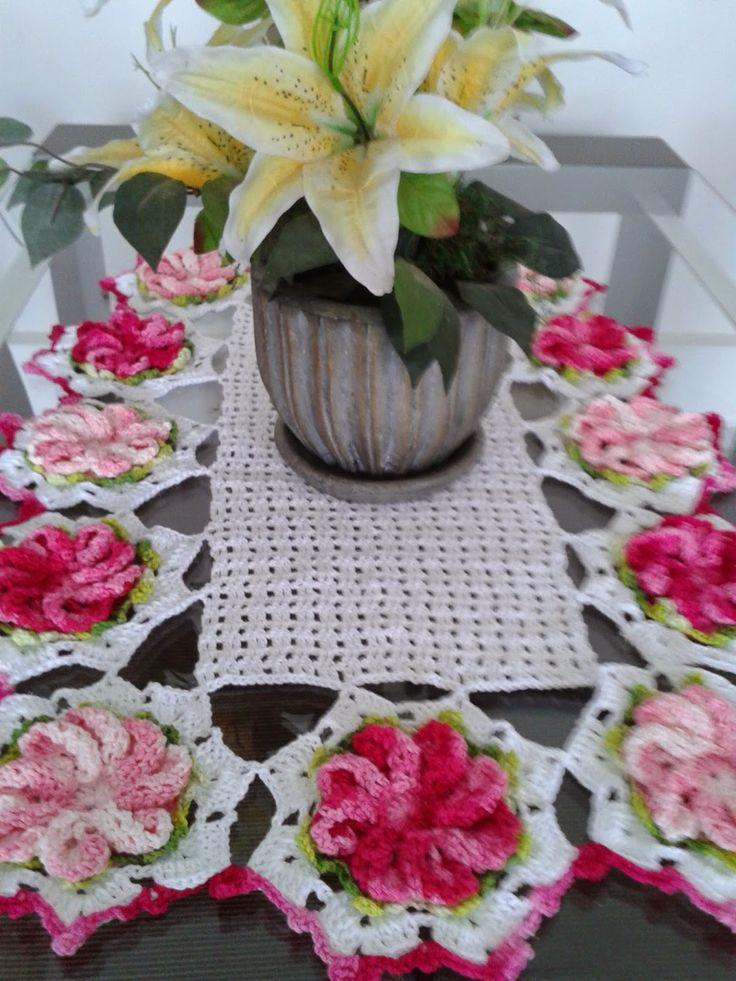 Lembram das flores em crochê que postei? Hoje apresento o caminho de mesa que confeccionei com elas.  A flor é a Primavera Lisa.  Usei fio D...