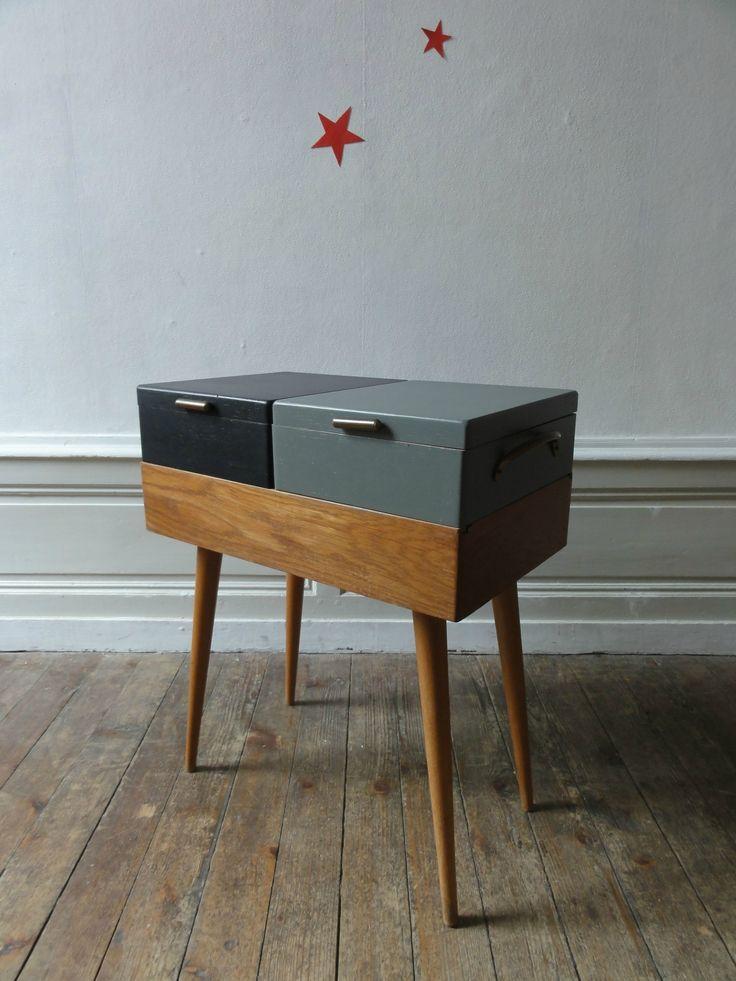 Elégante boîte à couture années 50. En chêne, pieds en biais, boutons et poignées cuivrés. A détourner en chevet, bout de...