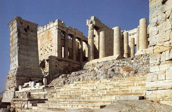Veduta laterale della scalinata all'entrata dell'acropoli di Atene e dei Propilei. I Propilei sono l'ingresso monumentale dell'acropoli di Atene. La loro costruzione ebbe inizio nel 437 a.C., ma non furono completati. costruiti in marmo pentelico bianco e pietra grigia di Eleusi.   La facciata del corpo centrale è ornata di sei colonne doriche.