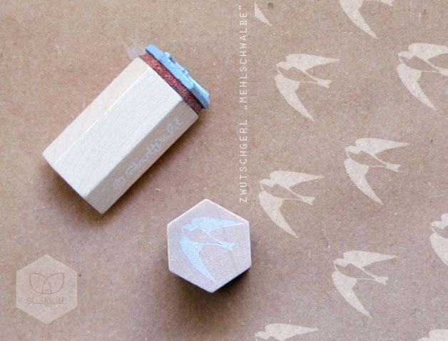 Mit der kleinen Schwalbe lassen sich Brief- und Geschenkpapiere verzieren und vieles mehr. Die Stempelplatte aus vulkanisiertem Kautschuk wird in einem Fachbetrieb mit Lasertechnik graviert und...