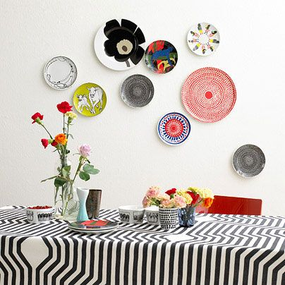 plates on the walls and table cloth - i want them