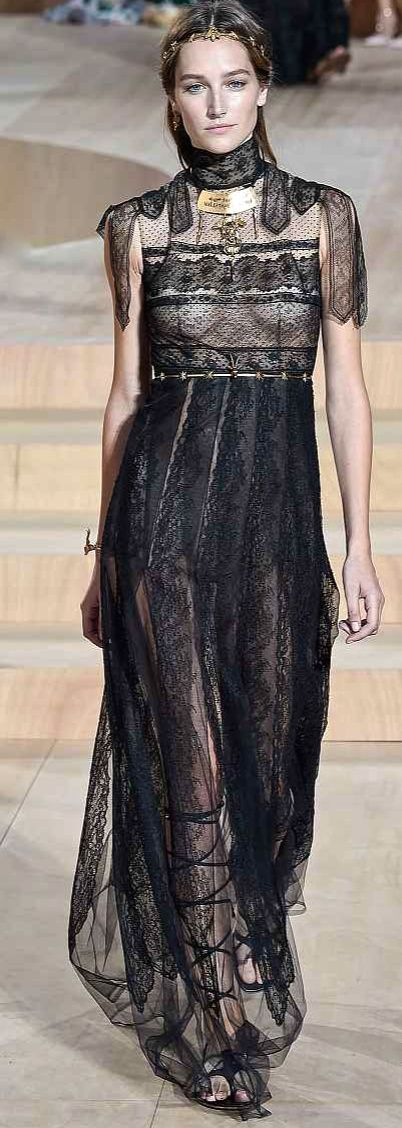 Valentino 2016 #highfashion #inspiration #moderndesign luxury design, luxury, fashion. Visit www.memoir.pt
