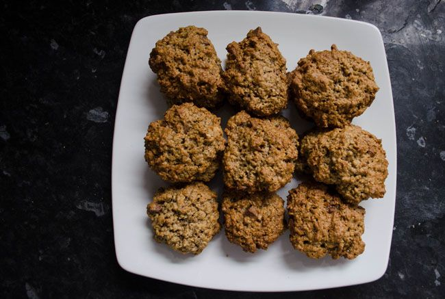 Arašídové sušenky s banánem a kousky čokolády  1 very ripe banana 2 heaping tblsp peanut butter 3 tblsp olive oil 1/3 cup brown sugrar 1 egg 1/2 tsp vanilla extract 1 3/4 cup rolled oats 2 tblsp whole weat flour 1/2 tsp baking soda 1/2 tsp baking powder 1/4 tsp salt 50g semi-sweet chocolate chips 30g nuts of your choice  Preheat oven to 180 Celsius and line a cookie sheet with parchment paper.   In a large bowl, mix bananas, peanut butter, olive oil and sugar.   In a separate bowl, combine…