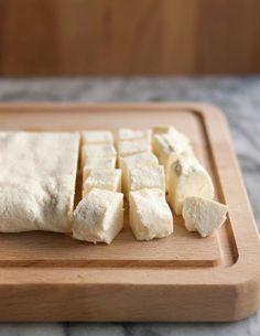ワインのお供に、サラダに、お菓子に、トーストに、何かと美味しく食べられるチーズ。お店では種類豊富に売っていますが、ちょっと高いものもありますよね。実はお手軽に自宅で作れちゃうのもチーズの魅力です。チーズ女子は自宅でDIYに挑戦してみましょう!