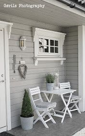 Welcoming Front Porch - the wide trim and valances on the window and door are a unique way to dress them up - Hvitt i Mitt Hjem