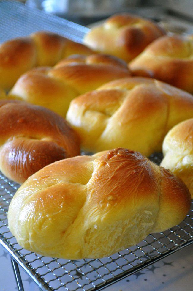 Pão Doce | 5 xícaras de farinha de pão 4 xícaras de farinha de trigo 2 xícaras + 1 colher de sopa de açúcar 3 varas de manteiga com sal, temperatura ambiente, dividido, cortado em pedaços 1 polegada 7 ovos grandes 2 colheres de chá de sal 1/3 xícara de água morna 2 pacotes de fermento- Leite integral 1 xícara