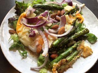 Heerlijke lunch van ei met gegrilde asperges en parmezaanse kaas.  Kun jij ook niet genoeg krijgen van een lekkere lunch met ei? Dan is dit recept zeker de moeite...