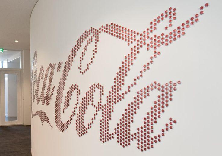 1400個の王冠でつくられたロゴ。会議室フロアの壁面に