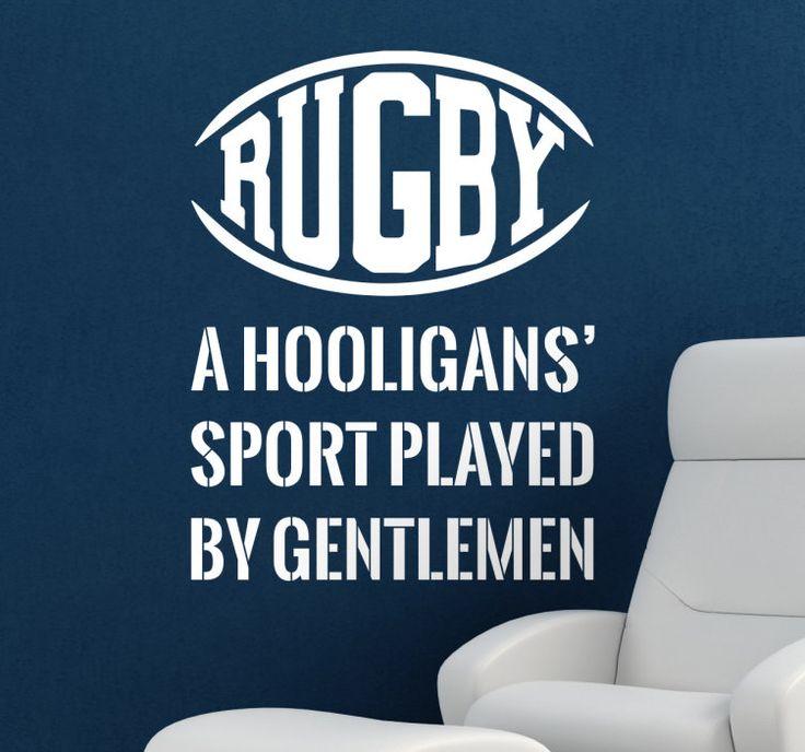 Muursticker tekst Rugby  Muursticker met een leuke tekst over de Engelse sport Rugby; A Hooligans Sport Played By Gentlemen. Een grappige speling over het feit dat in deze enorme ruige sport de meeste deelnemers toch echte typische gentlemen zijn. Deze sticker zal mooi staan in het huis van een rugby speler of liefhebber. Vind jij het ook een stuk beter dan American Football? Dan is dit de decoratie voor jou. Ook zal deze sticker mooi staan in een rugby club of sportzaak.De sticker is…