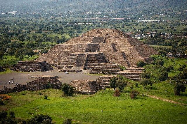 С востока от улицы находится главная достопримечательность — храм Солнца. Ее основание уже 240 на 255 метров, а общая высота доходит до 72 метров. Святилище, находящееся в прежние времена на вершине храма, до нас не дошло. Пирамида Солнца является третьей в мире пирамидой по высоте. Храм Солнца является очень значимым для Мексики, изображается на многих предметах. (Культура Теотиуакана)