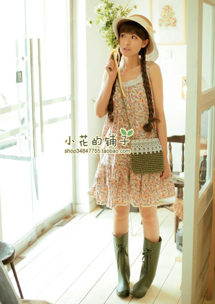 This casual mori look features aloose, quietly patterned a-line dress is worn over a simple white full slip. The straw boater and rubber boots are just right for stomping in puddles on a warm spring day.