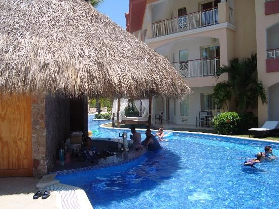 Majestic Elegance Punta Cana: Swim-up Bar