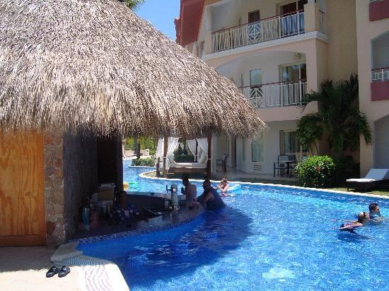 Majestic Elegance Punta Cana: Swim-up Bar