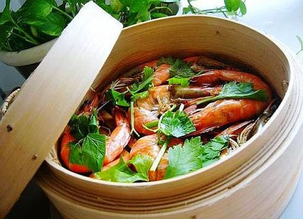 Steaming seafood with vegetables is a quick way to cook a meal
