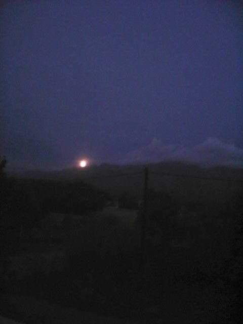 Aparece la luna detrás de las altas cumbres. Sierras de Córdoba. Argentina.