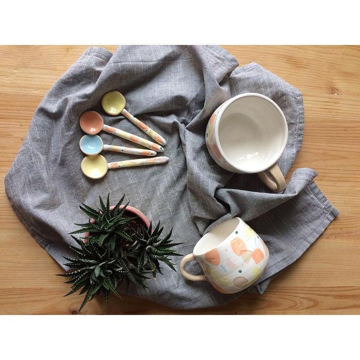 Захотелось напомнить про мою любимую серию) белая посуда с абстрактным рисунком, похожим на конфети🎉 Красивые мазки и куча маленьких деталей-сюрпризов, которые приятно разглядывать, попивая любимый чай. Есть парочка в наличии, с удовольствием сделаю ещё на заказ 💗#zov   Чашка 1200₽  Ложка 450₽