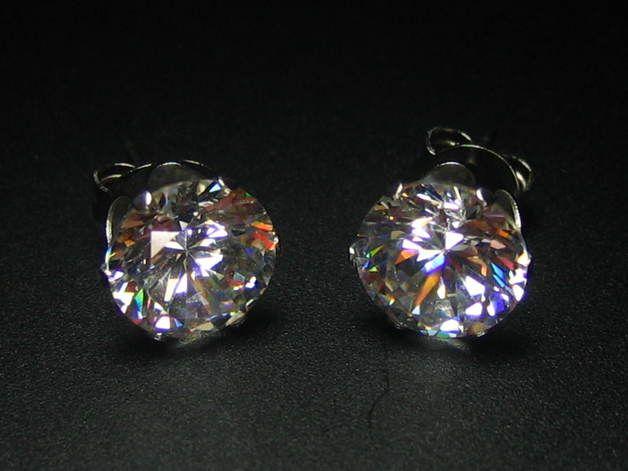 """""""Diamonds are a Girl´s Best Friend"""" Dieser Ohrschmuck ist der Blickfang schlechthin  Edelstahl Ohrstecker mit kristallklaren 8 mm AAA-Zirkonia-Steinen, im Brilliantschliff und Krappenfassung  AAA = TOP QUALITÄT der Steine Tragbar zu jedem Style und/oder als Zweitohrring Durch das geringe Gewicht sind sie sehr angenehm zu tragen. Da sie aus Edelstahl bestehen, sind sie sehr gut für Nickelallergiker geeignet. Farbe: klar/weiß"""