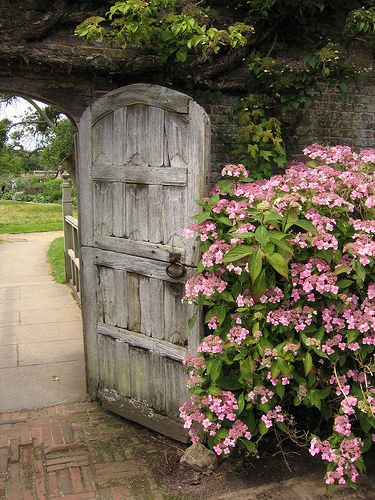 Oops! The door to the secret garden has been left open for bus loads of photo snapping tourists to wander through... Oh Henry, Henry! What a beautiful garden.