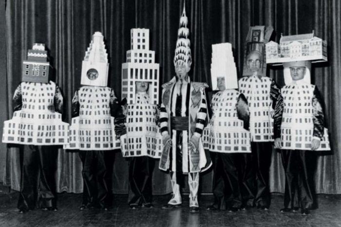 Больше двадцати архитекторов пришли на Нью-Йоркский Бал изящных искусств в 1931 году в костюмах зданий, которые они сами спроектировали. Слева направо: Стюарт Уокер в костюме Фуллеровского небоскреба, Леонард Шульце, одетый в отель «Уолдорф-Астория», Эли Жак Кан в образе небоскреба корпорации «Сквибб», Уильям ван Ален в костюме Крайслер-билдинг, Даниэль Уэйд в башне «Метрополитен-Лайф», Ральф Уокер в макете Уолл-стрит-билдинг и Джозеф Фридлэндер, наряженный в Нью-Йоркский городской музей.