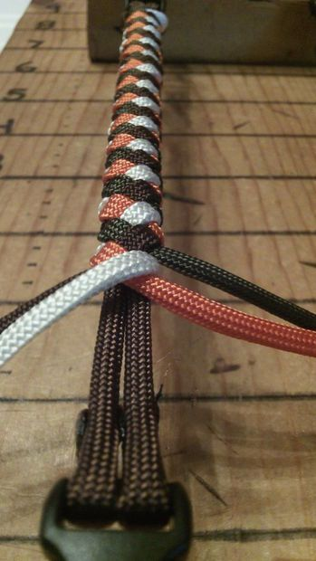 How to Tie a 4 Strand Paracord Braid with a Core and Buckle. - All - English