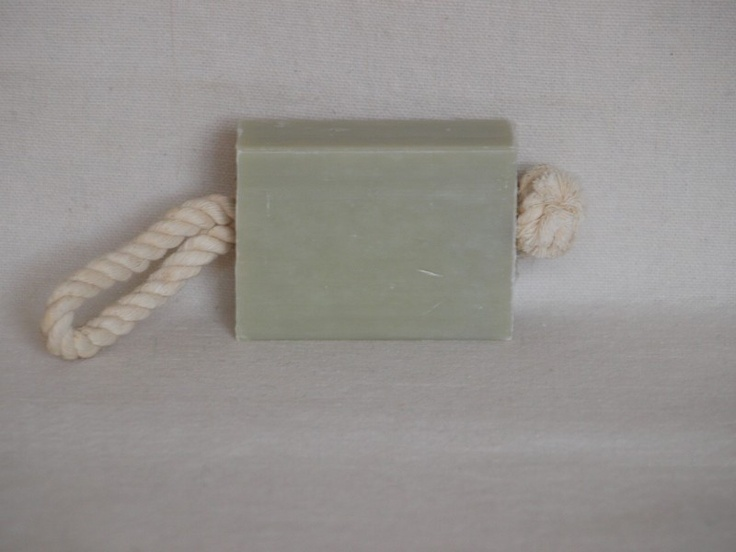 Olijfzeep met Argile Verte.  Argile verte is een groene klei van vulkanische oorsprong en bevat veel mineralen.  Dit natuurproduct kan een gunstig effect hebben bij de behandeling van acne en de huid zuiveren en ontspannen.