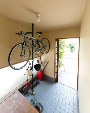 自転車は玄関にポールを立てて収納。ここ旭区から、みなとみらいにある事務所まで自転車で通っていたこともあるそうだ。