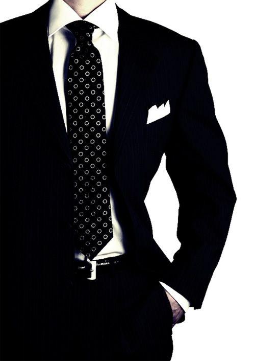 quando for usar terno preto com camisa branca opte por gravatas com contraste de cor, com listras diagonais ou pequenas estampas;