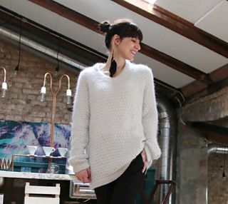 A raglan decreased sweater with an interesting bubble structure, v-neck and sophisticated details.