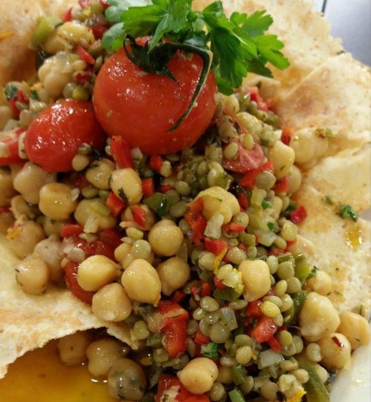 Ρεβύθια και φακές με πιπεριές, ψητά ντοματίνια και λαδόξυδο μυρωδικών