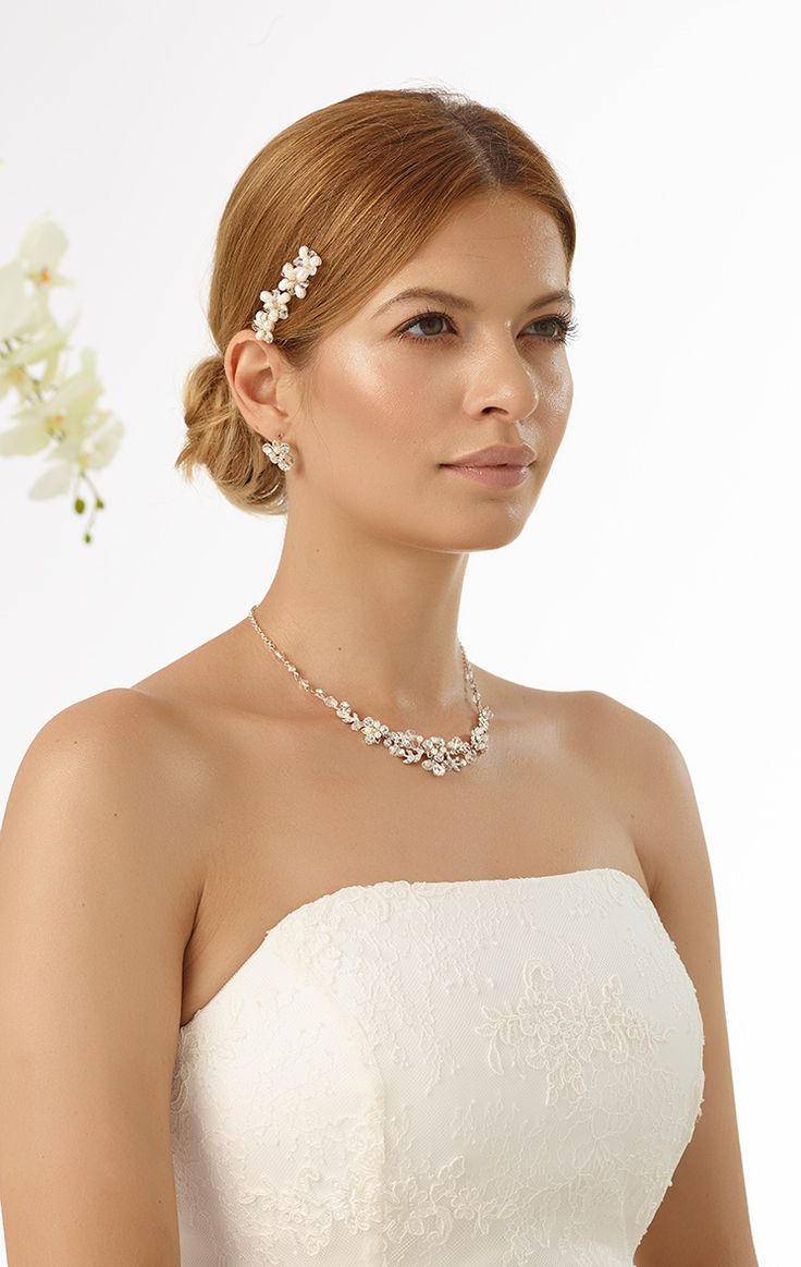 charming curlies M8 decorated with beads & crystals from Bianco Evento #biancoevento #hairstyles #weddingaccessories #hairjewellery #weddingideas #bridetobe