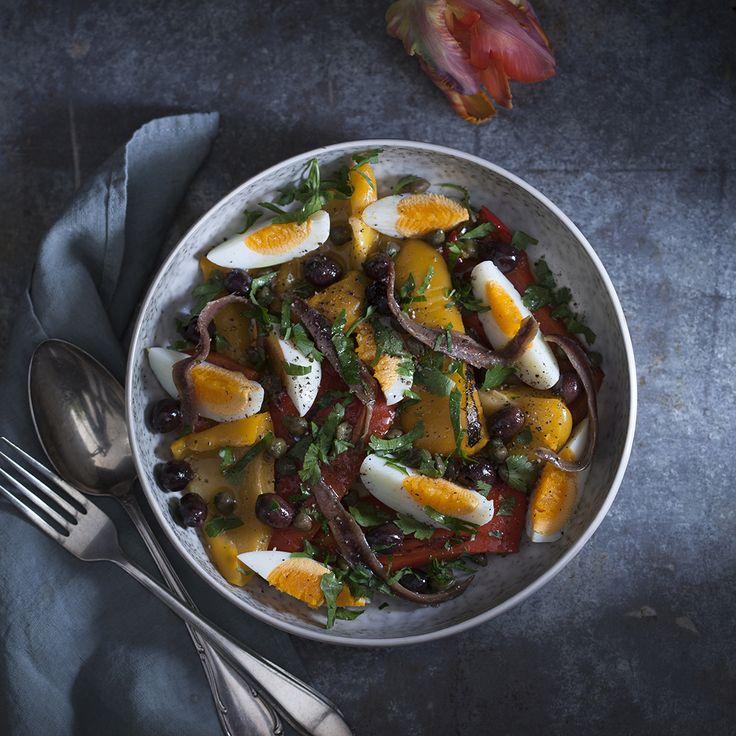 Salade van paprika, ei en ansjovis, een super eenvoudig recept voor een klassieke Spaanse salade die heerlijk is als lunch of als tapa gerecht.