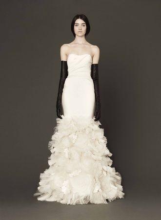 裾はシルクオーガンジーのフラワーモチーフに、ラフィアがアクセントの華やかなデザイン♪ ♡ラグジュアリーな花嫁衣装ウェディングドレスまとめ参考一覧♡