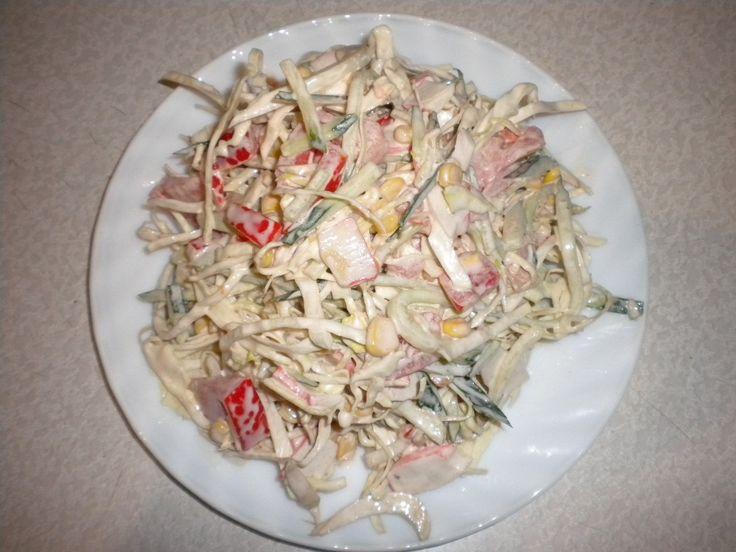 Салат из пекинской капусты  Ингредиенты: Пекинская капуста — 1 шт Огурец — 2 шт Помидоры — 2 шт Сладкий перец — 1 шт Лук репчатый — 1 шт Маслины — по вкусу  Соус: Подсластитель — 2 ч.л Яблочного уксуса — 1 ст.л Оливкового масла — 1-2 ст.л Сметаны — 2 ст.л  Приготовление: Пекинская капуста либо нарезается соломкой, либо шинкуется на терке. В случае, если Вы берете обычную капусту, вместо необходимой, то перетрите ее сначала с солью. Мелко крошим лук кубиками, после чего добавляем его к…