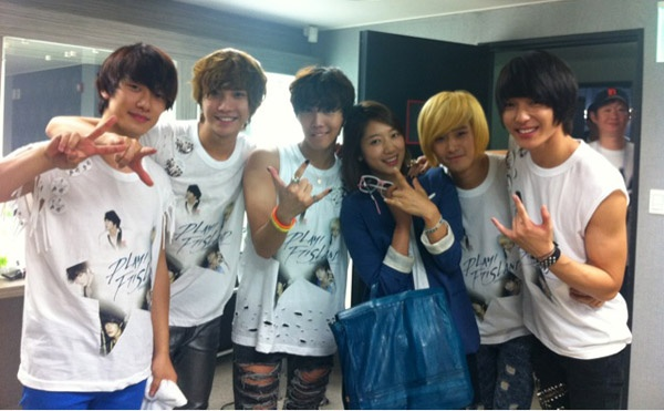 SHINHYE visit FTISLAND at their con.