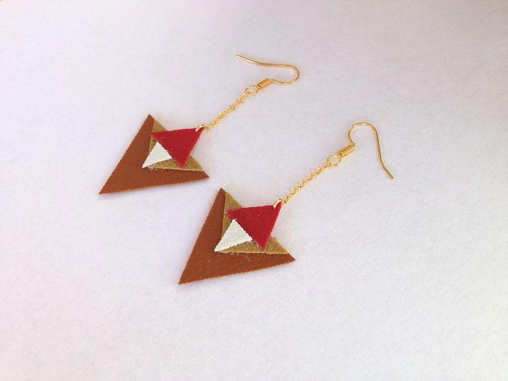 Boucles d'oreille géométrique triangles en cuir, et chaînette doré : Boucles d'oreille par aika