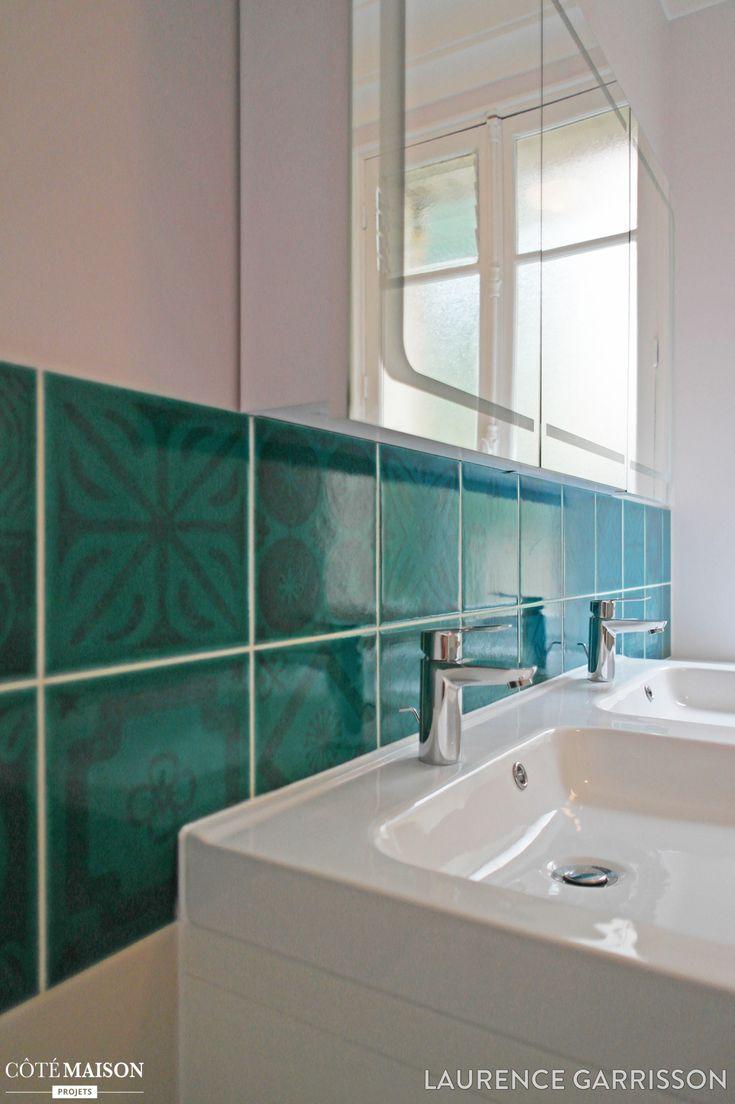 Carrelage bleu turquoise dans une salle de bains blanche for Carrelage salle de bain bleu nuit