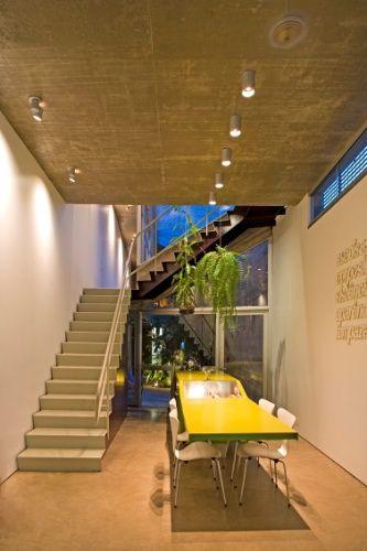 Com apenas 3,5 m de largura, casa-fatia tem piscina no lugar de janela - Casa e Decoração - UOL Mulher