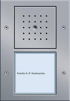 Abbildung einer Gira Türstation mit innovativer Technik  Die hochwertigen Edelstahl-Frontplatten der Gira Türstation sind für den Außeneinsatz gut gerüstet. Die Sprech- und Bedieneinheit überzeugt