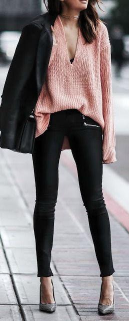Con camisa rosa, chaqueta o blazer negro y zapatos salón marrón